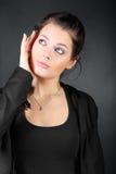 Het jonge donkerbruine meisje houdt haar gezicht Stock Fotografie