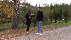 Het jonge donkerbruine meisje neemt een selfie en gooit een boeket met bloemen weg stock videobeelden