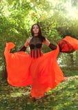 Het jonge donkerbruine meisje openlucht dansen Royalty-vrije Stock Foto's