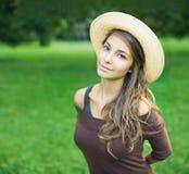 Het jonge donkerbruine meisje van Gorgeos in aard. Royalty-vrije Stock Foto
