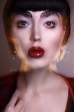 Het jonge donkerbruine model de foto van de manier redactie, model stellen, gemengde bliksem, lange snelheid Stock Foto