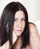 Het jonge donkerbruine ontspannen in een witte badjas 4 Royalty-vrije Stock Afbeeldingen