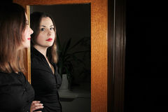 Het jonge donkerbruine stellen voor spiegel royalty-vrije stock foto