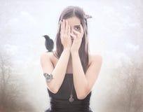 Het jonge donkerbruine verbergen achter handen stock afbeelding