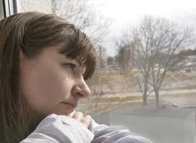 Het jonge donkerbruine vrouw droevige kijken venster, close-up royalty-vrije stock foto