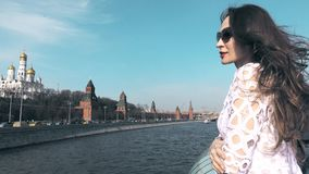 Het jonge donkerbruine vrouw letten op in Moskou het Kremlin stock video