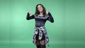 Het jonge donkerbruine vrouw pronken met stock video