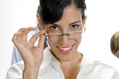 Het jonge donkerbruine vrouw stellen met eyewear haar Royalty-vrije Stock Afbeelding