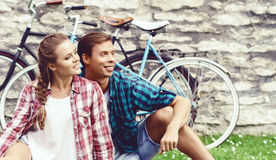 Het jonge en gelukkige paar koelen in park Liefde, verhouding, ROM stock fotografie