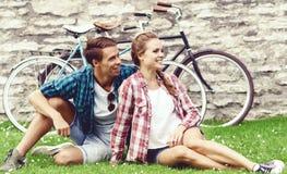 Het jonge en gelukkige paar koelen in park Liefde, verhouding, ROM royalty-vrije stock fotografie