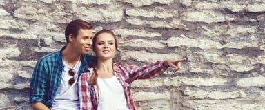 Het jonge en gelukkige paar koelen in park Liefde, verhouding, ROM stock afbeeldingen
