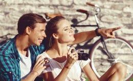 Het jonge en gelukkige paar koelen in park Liefde, verhouding, ROM royalty-vrije stock afbeeldingen