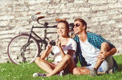 Het jonge en gelukkige paar koelen in park Liefde, verhouding, ROM royalty-vrije stock afbeelding