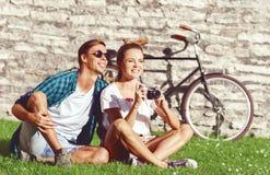 Het jonge en gelukkige paar koelen in park Liefde, verhouding, ROM stock afbeelding