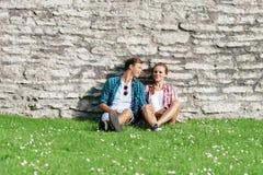 Het jonge en gelukkige paar koelen in park Liefde, verhouding, ROM stock foto