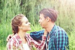 Het jonge en gelukkige paar kussen in park Liefde, verhouding, Rome stock fotografie