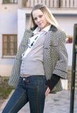 Het jonge en Sensuele Kaukasische Blonde Vrouw in openlucht Ontspannen Stellen Stock Afbeeldingen