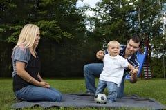 Het jonge familie spelen bij een park Royalty-vrije Stock Afbeeldingen