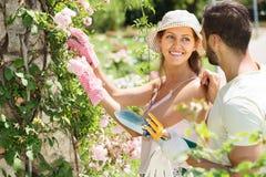 Het jonge familie tuinieren Stock Afbeelding