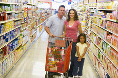 Het jonge familiekruidenierswinkel winkelen stock afbeelding