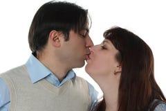 Het jonge familiepaar kussen Royalty-vrije Stock Afbeeldingen