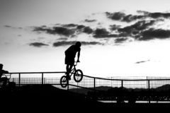 Het jonge fietser springen stock foto