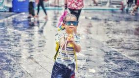 Het jonge geitje bespat water aan de camera in Songkran-festival royalty-vrije stock foto's