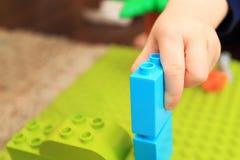 Het jonge geitje bouwt toren met cubics Royalty-vrije Stock Afbeelding