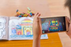 : het jonge geitje die Vergrote Werkelijkheids popup schilderijen van de kleur spelen vulde Taj Mahal via mobiel Royalty-vrije Stock Afbeeldingen