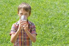 Het jonge geitje drinkt in openlucht water bij de zomer royalty-vrije stock foto's