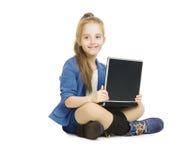Het Jonge geitje en de Computer van het schoolmeisje Schoolmeisje met Nota Royalty-vrije Stock Foto's