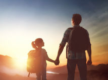 Het jonge geitje en de papa bekijken zonsondergang Stock Foto