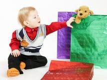 Het jonge geitje krijgt een stuk speelgoed Stock Afbeelding