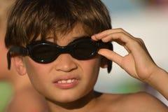 Het jonge geitje met beschermende brillen klaar om voor te gaan zwemt Stock Foto's