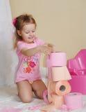 Het jonge geitje met een toiletpapier Stock Foto
