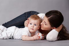 Het jonge geitje naast haar moeder Stock Foto