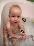 Het jonge geitje neemt een bad. Royalty-vrije Stock Afbeelding