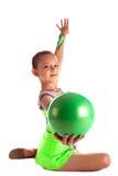 Het jonge geitje toont groene gymnastiek- bal - zit op achtergrond Stock Afbeeldingen