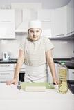 Het jonge geitje trof te koken voorbereidingen Stock Foto