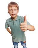 Het jonge geitje van de tienerjongen in de blauwe duimen van de overhemdsholding omhoog, royalty-vrije stock foto