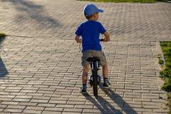 Het jonge geitje van de de zomerfiets van het fietskind De lente royalty-vrije stock afbeelding