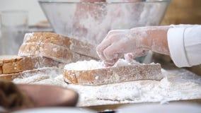Het jonge geitje van het mammaonderwijs voor kokvoedsel Het voorbereiden van een ingrediënt stock video