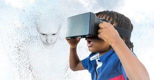 Het jonge geitje in VR en 3D mannetje gaven binaire code tegen hemel en wolken gestalte Stock Afbeeldingen