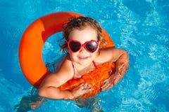 Het jonge geitje zwemt in pool stock afbeeldingen