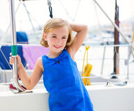 Het jonge geitjemeisje van het kind in jachthavenboot op de zomervakanties royalty-vrije stock foto's