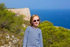 Het jonge geitjemeisje van het kind in Middellandse Zee met zeemansstrepen Stock Foto's
