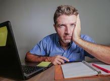 Het jonge gekke beklemtoonde en overweldigde mens werken slordig bij bureau wanhopig met laptop computer die aan depressie lijden royalty-vrije stock afbeelding