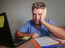 Het jonge gekke beklemtoonde en overweldigde mens werken slordig bij bureau wanhopig met laptop computergevoel putte en frustra u royalty-vrije stock fotografie