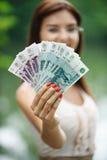 Het jonge geld van de vrouwenholding stock fotografie