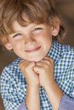 Het jonge Gelukkige Blonde Jongenskind Glimlachen Stock Afbeeldingen